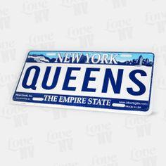 """Spätestens seit der Erfolgsserie im TV """"King of Queens"""" ist dieser New Yorker Stadtbezirk auch in Deutschland bekannt! Fühlen Sie sich wie Doug und Carrie und machen Sie Ihren Freunden oder sich selbst eine Freude mit diesem Kennzeichen. Das geprägte Blechschild von Queens eignet sich durch seine Länge von 30cm bestens als Dekoration - hier sind Ihnen keine Grenzen gesetzt. #queens #newyork #ny #newyorkcity #nyc #empirestate #blechschild #kennzeichen #licenseplate #kingofqueens #koq"""