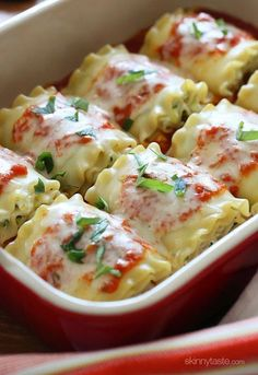 12 Recettes appétissantes de lasagne These EASY lasagna rolls are stuffed with zucchini, ricotta and Parmesan, then topped with marinara and mozzarella cheese – delicious, kid friendly and perfect if you want to feed a crowd. Ww Recipes, Pasta Recipes, Vegetarian Recipes, Dinner Recipes, Cooking Recipes, Healthy Recipes, Lasagna Recipes, Healthy Drinks, Skinnytaste Recipes