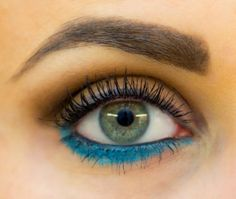 Bold Eyeliner: This teal eyeliner is a great choice for anyone looking to add a bit more color without feeling like they are going over the top. What a fun, bright hue! #makeup #beauty #eyeliner #spring