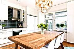 rustik matbord,eames chair,snäckskalslampa,sia glas vas,kök