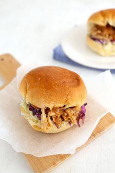 Pulled chicken. Een makkelijk recept gemaakt met kip. Lekker op een broodje en met rode kool salade. Klik op de foto voor het recept. #watetenwevandaag #recept Oven Chicken, Pulled Chicken, Pulled Pork, Chicken Wrap Recipes, Chicken Wraps, Brunch, Buffet, Sandwiches, Dinner Is Served