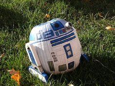 R2-D2 Pumpkin by Livejounal user starwarscrafts via popsugar: http://starwarscrafts.livejournal.com/4754.html #Pumpkiin #Star_Wars #R2D2