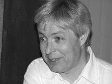 Jonathan Coe, né le 19 août 1961 à Birmingham, est un écrivain britannique. Il a étudié à la King Edward's School à Birmingham et au Trinity College à Cambridge avant d'enseigner à l'Université de Warwick; Il s'intéresse à la fois à la musique et à la littérature, car il fait partie du groupe de musique The Peer Group,(livre à vendre sur mon blog)