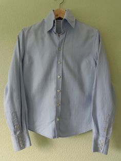 Camisa Clásica en algodón Massimo Dutti Woman  10€    Color :  azul claro  Estado : Bueno (sin etiqueta) – Segunda mano  Talla : 42  Temporada : Otoño/ Invierno  Cantidad:1  Precio en la tienda  39,95 €
