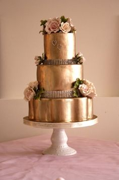 Gold wedding cake #wedding #inspiration #details #decor #cake #gold