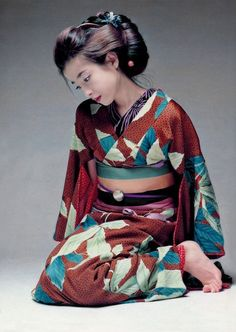 Rie Miyazawa in kimono. What a beautiful design of a kimono! Kimono Japan, Yukata Kimono, Japanese Kimono, Japanese Girl, Foto Fashion, Kimono Fashion, Traditional Kimono, Traditional Dresses, Costume Japonais