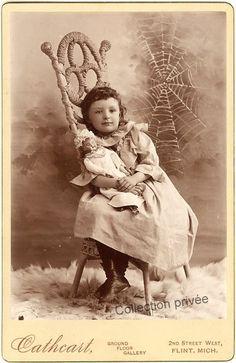 """jouets d'enfants, jeux de photographes : Fillette avec sa poupée dans un décor """" Gothique """"..."""