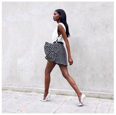 Pin for Later: 25 Büro-Outfits, die man auch nach Feierabend noch gerne trägt Ein einfaches Top mit einem gemusterten Rock In die metallischen High Heels könnt ihr kurz vor Feierabend schlüpfen.