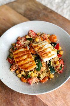 Recept: quinoa salade met kikkererwten, gegrilde groentes and halloumi - Bulgur Salad Veggie Recipes, Vegetarian Recipes, Healthy Recipes, Veggie Food, Healthy Snacks, Healthy Eating, Good Food, Yummy Food, Happy Foods