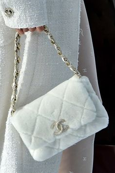 What are the 10 bag trends seen at the Chanel show in Paris? - Chanel: what are the 10 bag trends seen at the fashion show in Paris? Luxury Purses, Luxury Bags, Luxury Handbags, Chanel Handbags, Luxury Shoes, Vogue Paris, Louis Vuitton Handbags, Purses And Handbags, White Louis Vuitton Bag
