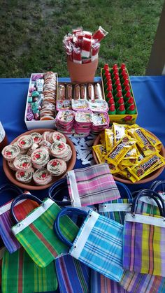 Ideas para una fiesta temática Mexicana ♥️Ideas for a Mexican themed party ♥️ Mexican Candy Table, Mexican Party Decorations, Mexican Fiesta Party, Fiesta Theme Party, Mexican Party Favors, Mexico Party Theme, Fiesta Gender Reveal Party, Patriotic Decorations, Fiesta Party Centerpieces
