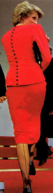 back with buttons & bows on hose Lady Diana Spencer, Princesa Diana, Diana Fashion, Look Fashion, Princess Charlotte, Princess Of Wales, Diane, Glamour, Queen Of Hearts