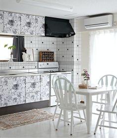 Esta cozinha tem um equilíbrio perfeito de uma decoração preta e branca. Mas vejam como ela parece uma cozinha simples sem as estampas. Quando acrescentamos um pouco de adesivo para móveis e papel contact, damos mais vida para o ambiente e ele se transforma completamente! bigsmile Se você gostou desse padrão da parede, espia este link sobre como usar estampa de cruz na sua casa.