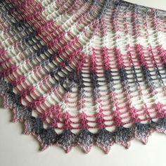 Wild Wheat sjalen är formad som en månskära och kan göras hur stor eller liten du vill. Alltså kan du använda vilket garn och virknål du vill och sedan anpassa antalet varv :) Wild Wheat shawl is …