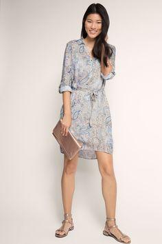 Informacja o rozmiarze:  -Długość tyłu pośrodku w rozmiarze 36: ok. 95 cm (może się nieco różnić w zależności od rozmiaru)  Szczegóły:  -Każdy kto lubi kobiecy styl, czy to w pracy, czy w wolnym czasie, pokocha tę sukienkę. -Wyróżnia się ona luźnym, prostym krojem z paskiem do wiązania w talii i bocznymi rockowymi kieszeniami. -Dekolt V z koszulowym kołnierzykiem przechodzi w listwę z trzema guziczkami z masy perłowej. -Casualowy styl podkreślają długie rękawy z mankietami z guziczkami z…