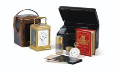 Nécessaire de voyage, vers 1910, comprenant deux flacons en vermeil, un calepin avec son crayon, un plan de Paris sur maroquin rouge, un porte carte de visite, l'écrin aux chiffres EB, trois billets de banque de l'époque (Francs et Pesos Mexicain), l'ensemble accompagné d'une montre de gousset en or avec répétitions des quarts, cadran émail avec petite trotteuse, signée 'F. Rotig au Havre', ainsi que d'une pendulette d'officier en laiton doré.