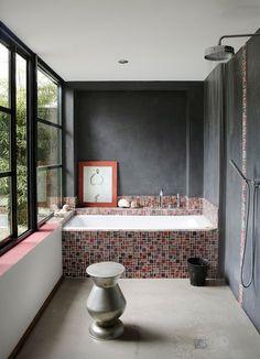 Une salle de bains moderne avec petits carreaux de mosaïque. Plus de photos sur Côté Maison http://petitlien.fr/836a