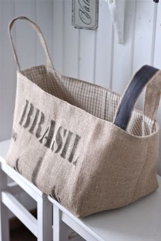 O Brasil está na moda... Hessian Bags, Burlap Coffee Bags, Burlap Sacks, Coffee Sacks, Jute Bags, Burlap Projects, Burlap Crafts, Burlap Purse, Feed Bags