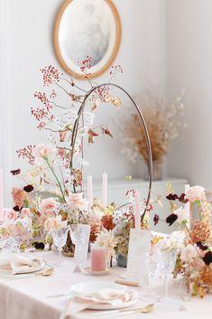 Shooting d'inspiration : Evasion automnale en rose poudré - Fleuriste spécialisée en mariages et wedding design en Alsace Table Rose, Pink Parties, Wedding Decorations, Wreaths, Alice, Tables, Shabby, Amazing, Design