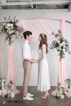 Love Studio: ambiente brillante y natural Wedding Couple Photos, Pre Wedding Photoshoot, Wedding Couples, Korean Wedding Photography, Bridal Photography, Couple Photography, Foto Wedding, Wedding Prep, Wedding Styles