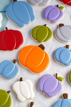 Cute Pumpkin Cookies for Fall - Simple Sugar Cookies with Royal icing (by thebearfootbaker) Halloween Cookie Recipes, Halloween Cookies Decorated, Halloween Sugar Cookies, Easy Sugar Cookies, Iced Cookies, Decorated Cookies, Halloween Candy, Halloween Biscuits, Halloween Baking