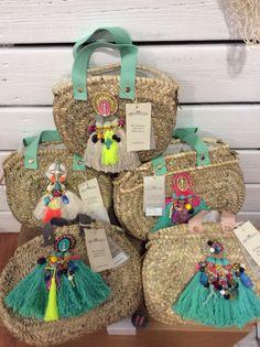 Cesto de mano Capazo de mano Agua Dulne ma@agua-dulce.es Beach Basket, Summer Bags, Summer Handbags, Jute Bags, Boho Bags, Basket Bag, Handmade Bags, Purses And Bags, Diy And Crafts