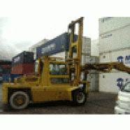 Marca: Madal  Modelo: MD0812  Ano: 1994  A empilhadeira para contêiner possui lança para quatro contêineres e capacidade de 8 toneladas.