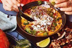 Laksa je ostrá polévka s chilli papričkami a rýžovými nudlemi, populární je hlavně v Malajsii, Indonésii a jižním Thajsku. Zkuste ji místo klasické dýňové polévky. Laksa, Paella, Ethnic Recipes, Food, Eten, Meals, Diet
