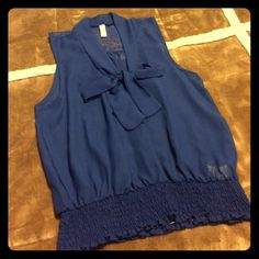 Sleeveless top💎 Navy blue top. Sleeveless. Lace on the back. Bow on the front and elastic on the waist. Really cute. Wore it like 2 times. Excellent condition. 💙 Chocolate U. S. A Tops