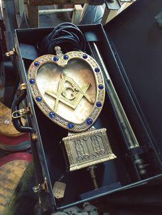 Gorgeous piece ! Masonic Art, Masonic Lodge, Masonic Symbols, Jobs Daughters, Eastern Star, Free Thinker, Freemasonry, Masons, Michael Kors Watch