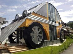 UNUSUAL HOMES: A car-shaped dwelling, built for a family of four, by architect Manfred Voglreiter, in the town of Langwied, in the Austrian Salzburg province. Unusual Buildings, Beautiful Buildings, Austria, Crazy Houses, Weird Houses, Pacific Homes, Fairytale Cottage, Solar House, Unusual Homes