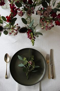 Black Gold Party Simple yet pretty Christmas / party table inspiration - With only a few days to go before the holidays I thought I'd share some beautiful inspiration for creating a rustic Christmas table - or si. Christmas Party Table, Christmas Table Settings, Holiday Tables, Rustic Christmas, Swedish Christmas, Christmas Table Decorations, Elegant Christmas, Modern Christmas, Christmas Fashion