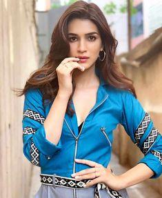 Kriti Sanon Looks Beautiful During Arjun Patiala Movie Promotions Indian Actress Pics, Indian Bollywood Actress, Bollywood Girls, Beautiful Bollywood Actress, Most Beautiful Indian Actress, Bollywood Stars, Bollywood Fashion, Indian Actresses, Bollywood Photos