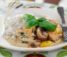 Ett oemotståndligt recept på krämig svamp- och paprikakyckling att servera till pasta eller ris. Du gör den smakrika kycklingen av bland annat vitlök, grädde och basilika. Mättande och gott!