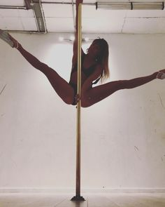 Legs waves beginning and entry into twisty invert Pole Dance Moves, Pole Dancing Fitness, Aerial Hoop, Aerial Silks, Maddie Sparkle, Pole Art, Photo Poses, Dancers, Yoga Poses