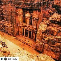 O viajante @ale_cury estava em Petra na Jordânia e as fotos são incríveis! Alguém sabe a história dessa Câmara? #jordania #jordans #petra #elkhazneh #trippics #mochileiros #historia #Repost @ale_cury with @repostapp  El Khazneh - A Câmara do Tesouro - Petra - Jordânia - http://ift.tt/1HQJd81