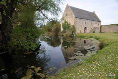 https://flic.kr/p/7Z7oCZ | Le Pressoir à cidre et la grange du Manoir d'Argouges - Calvados - Basse Normandie | Le Manoir d'Argouges est situé dans une écrin de verdure de la vallée de l'Aure entre Bayeux et le littoral de la Manche. Il s'agit d'un exceptionnel ensemble architectural médiéval et renaissance édifié du XIVe au XVIe S. Le domaine est organisé autour d'une basse et d'une haute cour séparées par des douves encore en eau. Il comporte un logis seigneurial , un colombier, une…