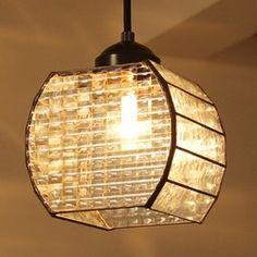 サイズ:ガラス本体 11.8×11.8×高さ11.5cm コードの長さ 50cm 天井からガラスのすそまでの長さ 約70cm付属品:40W電球 ※電球は40Wまで使用可(口金サイズ:E17) (LED電球も使用可能ですが、この場合は調光タイプのシーリングには使えません)技法:ステンドグラス素材:ガラス、はんだ総重量:約710gいろいろなタイプのクリアガラスをパッチワークのように組みあわせました。シンプルで涼しげな印象のランプです。2面はパッチワーク風に組み合わせ、2面は凹凸のあるクリアガラスです。点灯すると近くの壁や天井には華やかな光の濃淡が広がります。※引掛シーリングに吊下げてご使用いただくペンダントライトです。スイッチはついていません。 ※ステンドグラスの「ふちどり」部分は黒色が一般的ですが、本品は濃茶色に加工し、アンティーク風に色むらを出しました。※型ガラスの模様のでかたは、1点ごとに多少異なります。