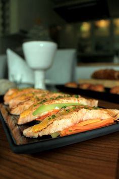 Yaki Shake-lohta ja sahrami-aiolia   Beach house kitchen