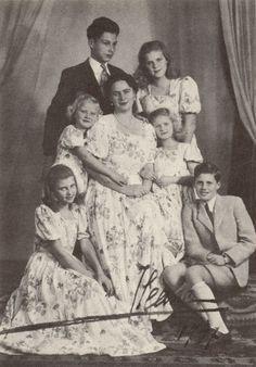 Ileana şi copiii: Ștefan, Maria Ileana (Minola), Alexandra (Sandi), Dominic, Maria Magdalena şi Elisabeta (Herzi).