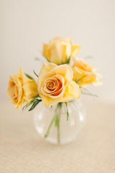 rosas amarelas em pote de vidro transparente