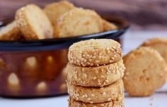 Parmesan delicious cookies suitable for afternoon coffee (in Hebrew) Milk Recipes, Dessert Recipes, Desserts, Party Snacks, Delicious Cookies, Gelato, Crackers, Parmesan, Eye Candy