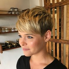 Pixie With Textured Crown And Bangs Short Shag Hairstyles, Short Pixie Haircuts, Short Hairstyles For Women, Hairstyles With Bangs, Short Hair Cuts, Short Curls, Bobs Blondes, Shaggy Pixie, Curly Pixie