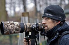 TOMÁŠ HULÍK (na fotografii zo svojho archívu) sa narodil v roku 1976. Vyštudoval Prírodovedeckú fakultu Univerzity Komenského v Bratislave. Založil a riadil prírodovedeckú organizáciu LENS. Zúčastnil sa na vedeckých expedíciách na ostrove Sachalin v Rusku, na Borneu a v Malajzii, prednášal na svetových zoologických kongresoch. Pracuje ako fotograf, kameraman a režisér. Nakrútil množstvo úspešných dokumentov (Hulík a bobry, Vysoké Tatry – Divočina zamrznutá v čase, Návrat rysov, Cesty…