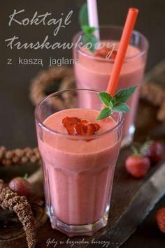 Składniki (dla 3 -4 osób): ·       ¾  szklanki ugotowanej kaszy jaglanej ·       2  szklanki truskawek ·       8 suszonych moreli ·       2 – 3 łyżki miodu ·       sok z ½ cytryny ·       1 ½ - 2 szklanki wody mineralnej ·       2 łyżki oleju lnianego (można pominąć)  Morele pokroić w kostkę, zmiksować z kaszą jaglaną i wodą na gładką masę. Dodać truskawki, miód, sok z cytryny i olej lniany i ponownie zmiksować na gładka masę