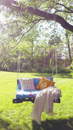 Build a Wooden Porch Swing With These Free Plans: Outdoor Pallet Swing Plan from The Sorry Girls You'll find 13 free DIY porch swing plans here that include diagrams, color photos, shopping lists, cut lists, and step-by-step instructions. Outdoor Projects, Outdoor Decor, Outdoor Pallet, Diy Pallet, Pallet Projects, Pallet Swings, Diy Projects, Pallet Porch, Outdoor Living
