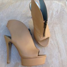 🎉FINAL MARKDOWN 🎉Host Pick🎉 HALSTON 🎉💲✂️🎉HALSTON Beige preloved Pump 👠  Leather upper.  Synthetic Outsole. 5 3/4' Heel Item:M64 HALSTONS Shoes