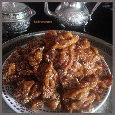 Assalam Aleykoum! Le ramadan approche a grand pas! L'heure des préparatifs de petite pâtisseries approche aussi à grand pas... Le chebakia ou aussi dit griwech,est MA préférée! Celle ci je l'ai chiné chez Oum fadwahttp://oumfadwa.over-blog.com/article-chebakia-55672387.html...