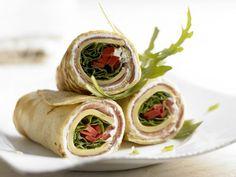 Pfannkuchen-Wraps mit Käse und Schinken: Eine Zwischenmahlzeit, die reichlich Kalzium für kräftige Knochen bringt. Ein köstlicher Snack.