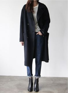 A simple and minimalist outfit to inspire your Capsule Wardrobe: Black long coat combined with … Fashion Mode, Look Fashion, Korean Fashion, Winter Fashion, Womens Fashion, Fashion Trends, Fashion 2017, Fashion Outfits, Mode Outfits